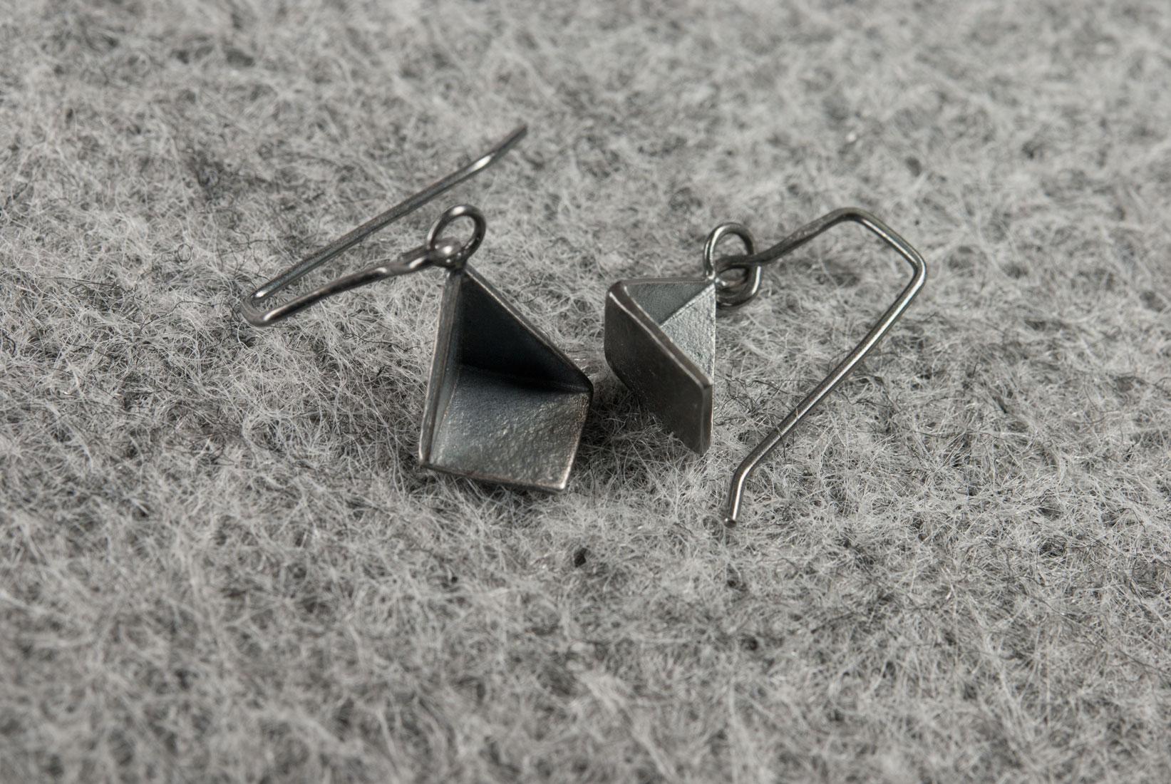 Artefakti-earrings-pyramid-2-patina-P4